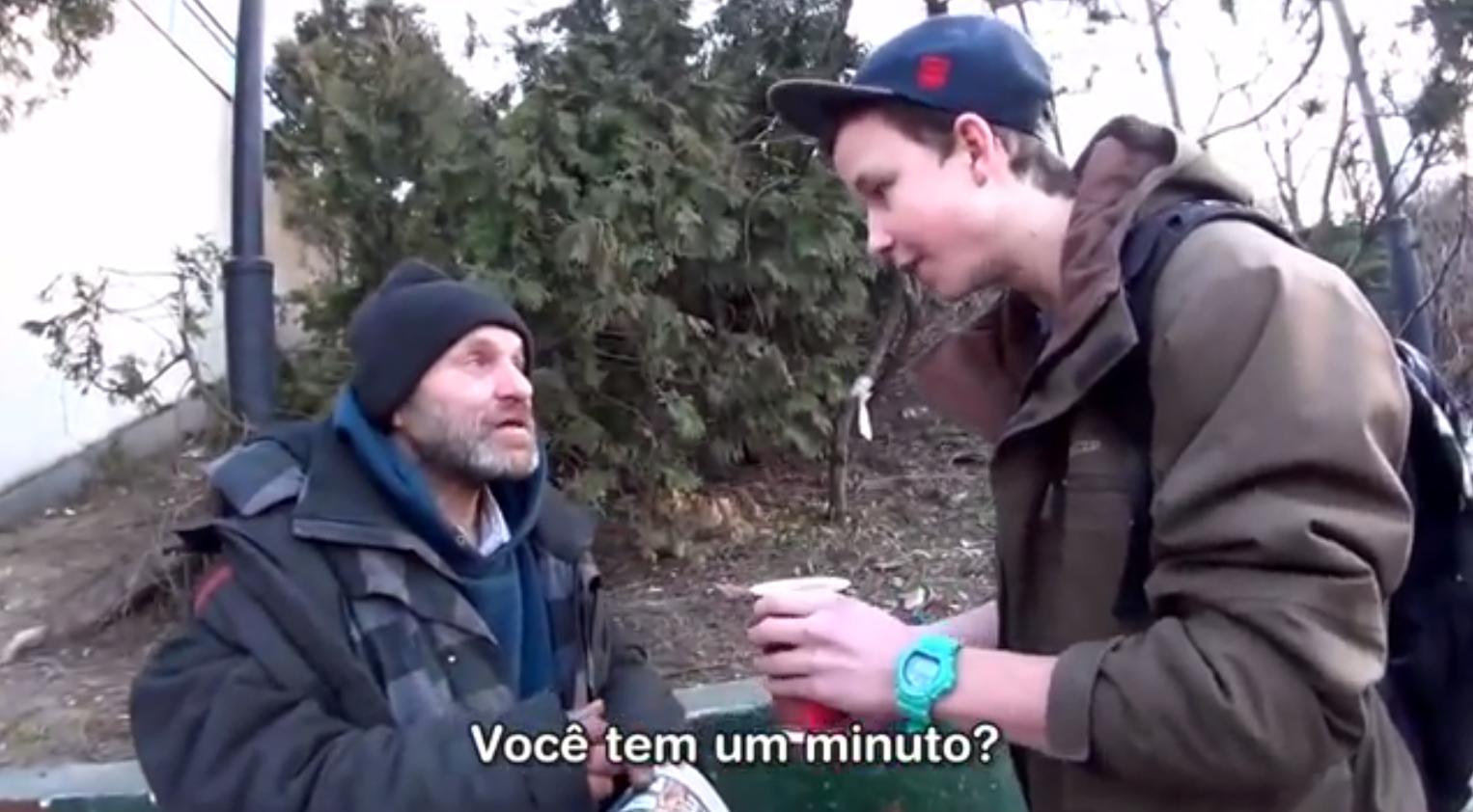 Mágico transforma café em moedas e faz morador de rua chorar 1