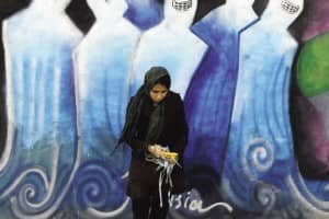 """Afegã grafita as ruas de Cabul para mostrar que """"a burca não é uma jaula"""" 2"""