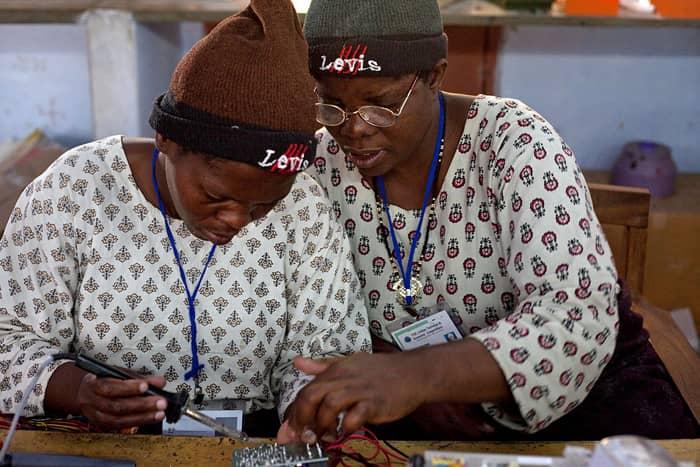 Uma universidade que ensina analfabetos a tornarem-se engenheiros e médicos 7