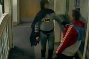 Batman entrega criminoso em delegacia 1
