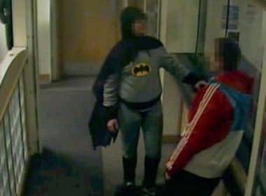 Batman entrega criminoso em delegacia 5