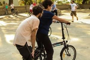 Voluntários ajudam pessoas de qualquer idade a aprender a andar de bicicleta 1
