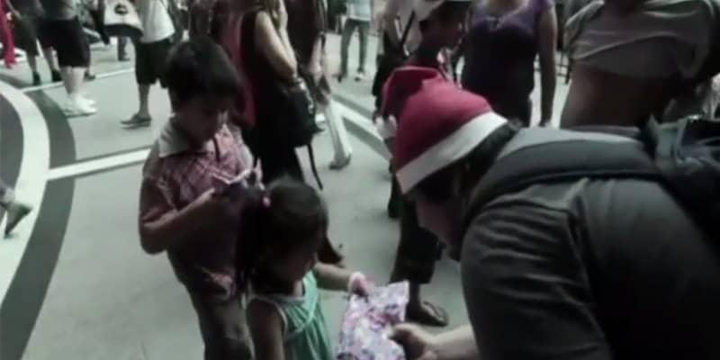 Em vez de presentear a família, ele deu presente para crianças de rua 1