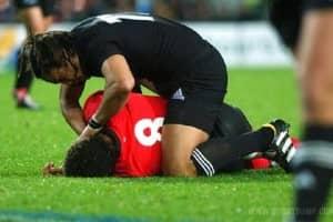 Fair play: Jogador de rugby esquece o jogo para ajudar outro do time adversário que foi machucado 1