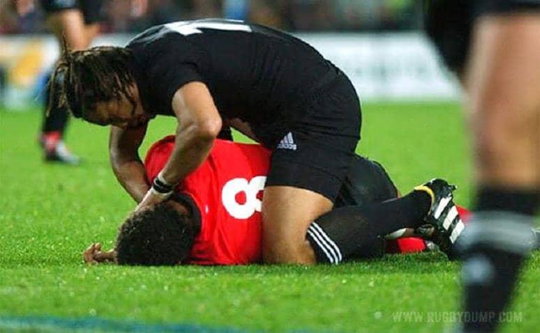 Fair play: Jogador de rugby esquece o jogo para ajudar outro do time adversário que foi machucado 3