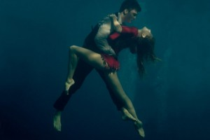 Fotógrafa retrata casal apaixonado dançando Tango debaixo d'água 1