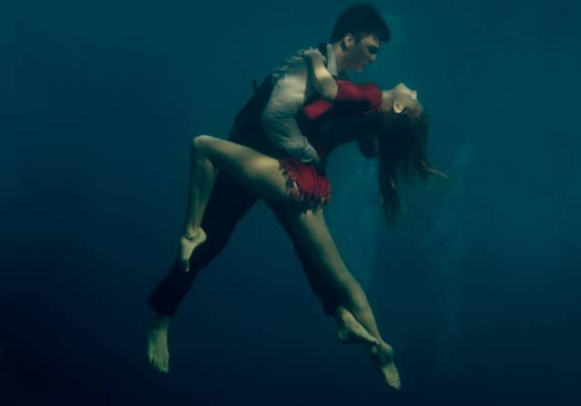 Fotógrafa retrata casal apaixonado dançando Tango debaixo d'água 4