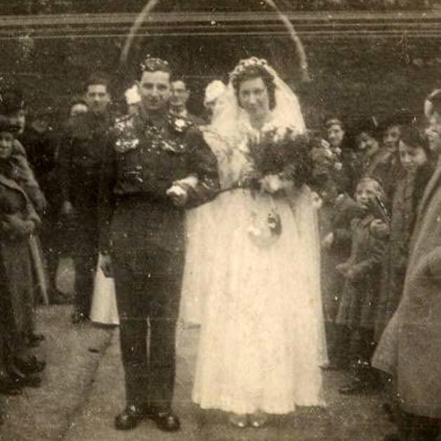 Casal durante o casamento