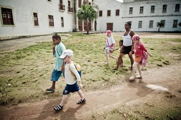 Fotógrafo registra uma família negra com fihos albinos que vivem fugindo do sol 6