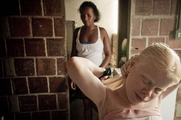 Fotógrafo registra uma família negra com fihos albinos que vivem fugindo do sol 9