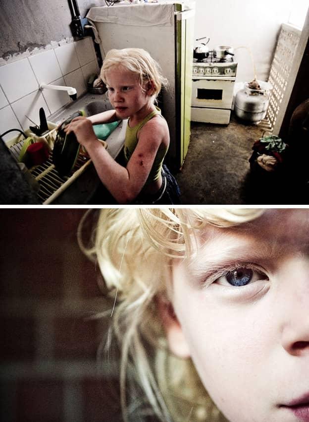 Fotógrafo registra uma família negra com fihos albinos que vivem fugindo do sol 5
