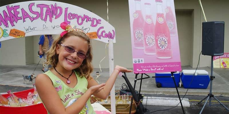 Menina vende limonada para combater exploração infantil, arrecada 300 mil reais e muda milhares de vidas 1