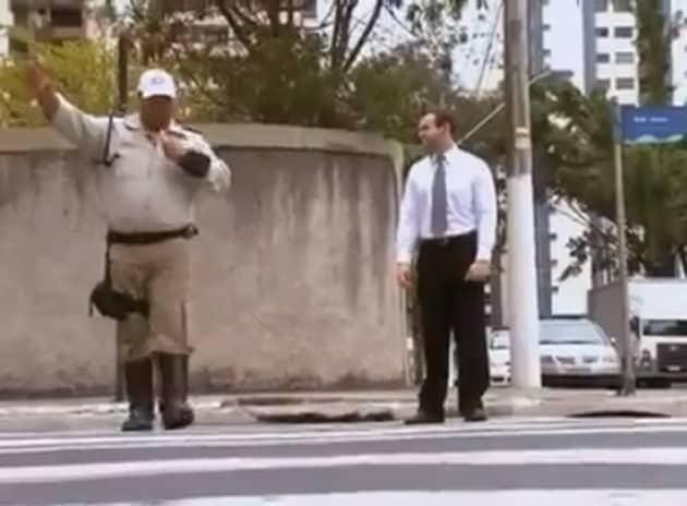 Conheça um guarda de trânsito que ensina as pessoas através da educação e não da punição 1