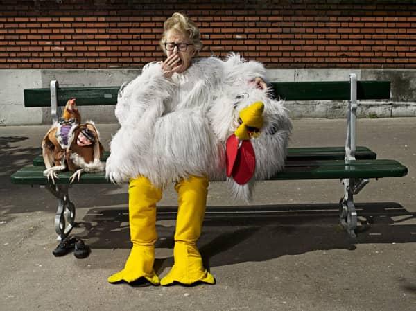 Neto fotógrafo faz série divertida de sua vó com um galo, para tirá-la da depressão 7