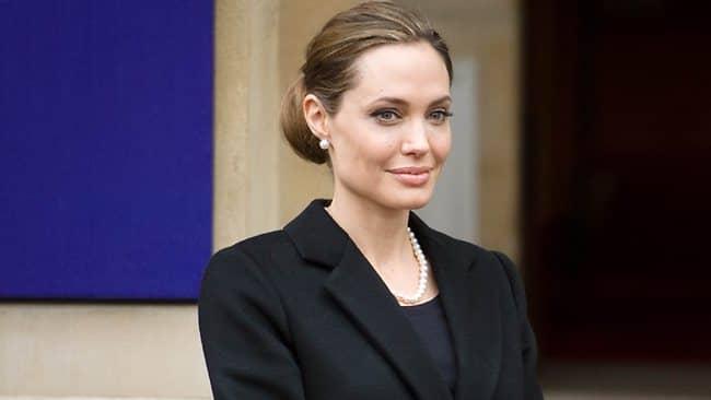 Com receio de câncer, Angelina Jolie faz cirurgia para retirar os seios 2