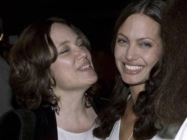 Angelina Jolie ao lado de sua mãe, Marcheline Bertrand, durante a pré-estreia do filme 'Pecado original', em julho de 2001, em Hollywood. Marcheline morreu com câncer aos 56 anos, em 2007 (Foto: REUTERS/Fred Prouser/Files)