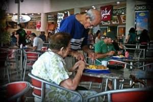 Homem idoso ajuda sua esposa a fazer refeição em lindo ato de amor 1