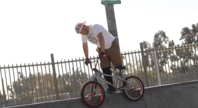 Ele perdeu a perna num acidente, mas continua andando de bike e sendo campeão 3