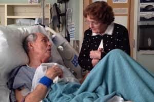 Homem de 66 anos canta para sua esposa no hospital 1