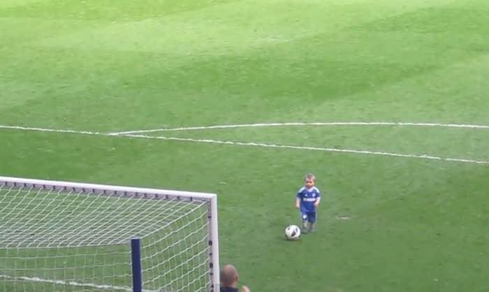 Criança leva alegria para jogo de futebol 3