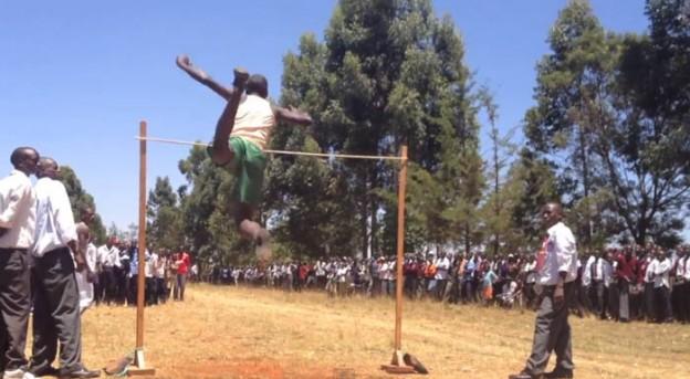 Garotos quenianos saltam grandes alturas, mesmo sem técnica 1