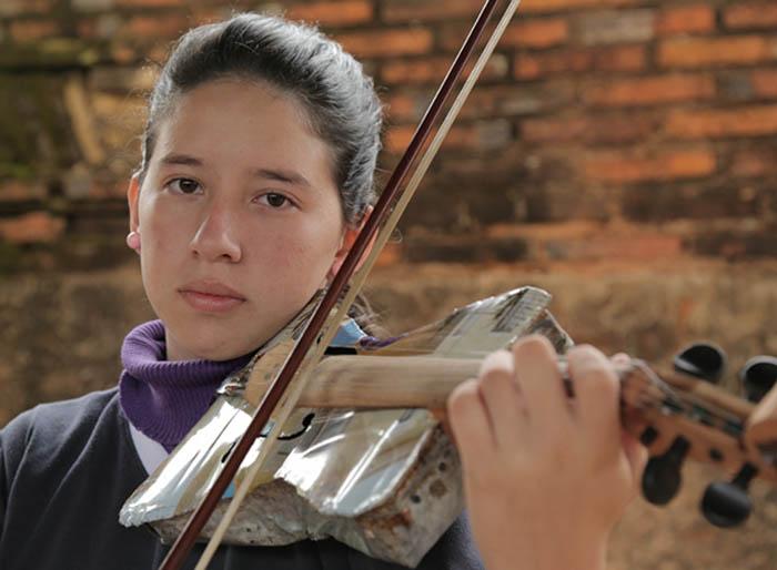 Orquestra jovem no Paraguai toca com instrumentos feitos de lixo 2