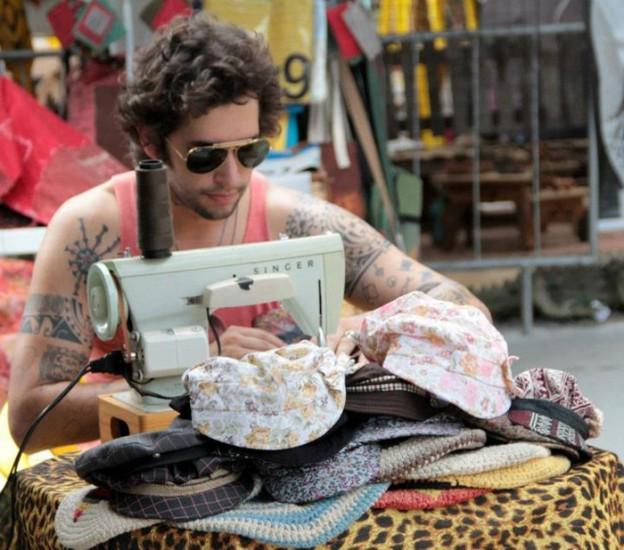Ele largou tudo para andar pelo Brasil fazendo e vendendo chapéus, e é muito feliz 2