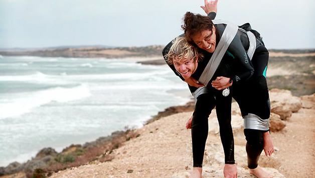 Jovem leva mãe paraplégica para surfar de pé na prancha 1