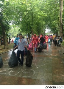 Protesters cleaning the streets... - Imgur (1)