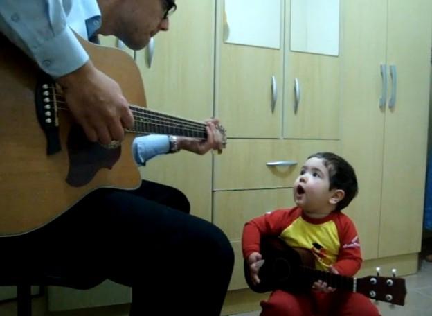 Criança de 2 anos canta e toca música dos Beatles 1