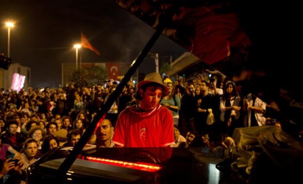 Após dias de confrontos violentos, pianista leva noite de paz à Turquia 9