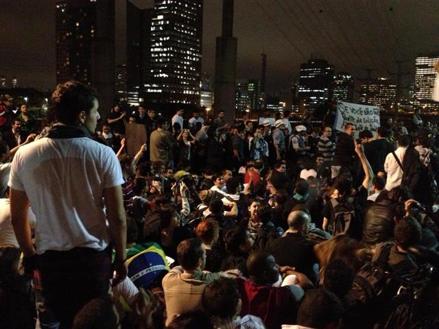 pm-senta-com-manifestantes-fe-no-brasileiro