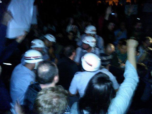 pm-sentada-com-manifestantes-fe-no-brasileiro