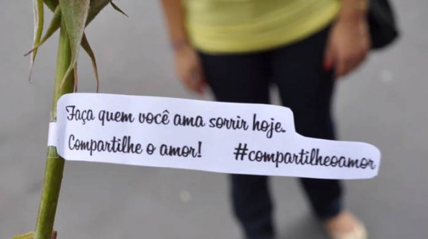 Pessoas se reúnem para entregar mensagens positivas através de rosas, bilhetes e balões a desconhecidos 1