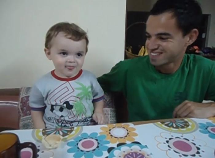 Criança aprende língua de sinais para se comunicar com o pai surdo 2