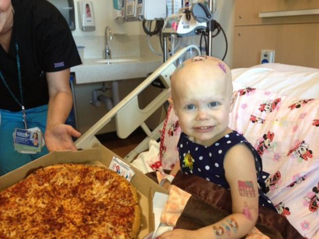 Internautas enviam pizzas a menina com câncer após pedido cair na web 5