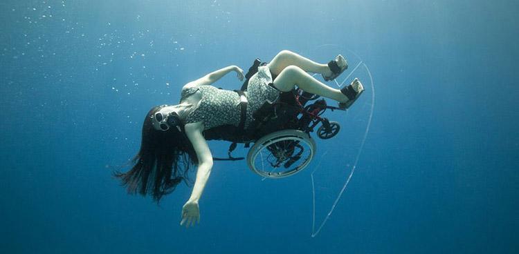 A incrível dança acrobática debaixo d'água de uma cadeirante 1