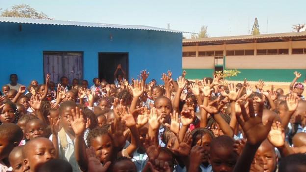 Campanha no Facebook constrói biblioteca e dá kits à crianças em Moçambique 1