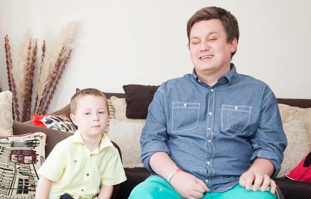 Cadeirante doa dinheiro de seu tratamento de células tronco para criança que não pode andar 3