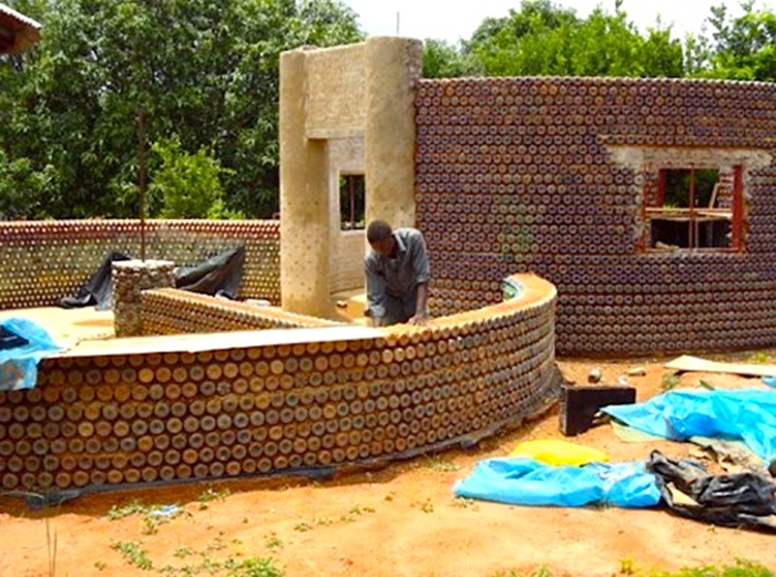 Nigerianos usam estrutura à base de garrafa pet que é 20 vezes mais resistente que tijolos nas suas casas 1