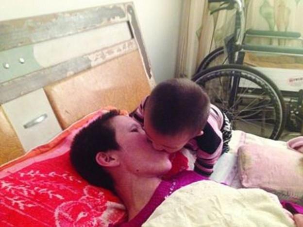Filho de 2 anos mastiga a comida e coloca na boca de sua mãe paralítica 1