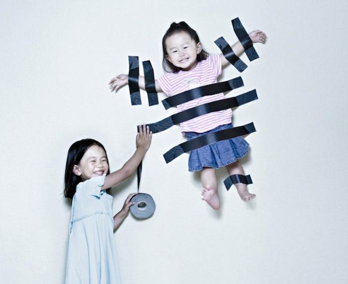 Um pai que coloca suas duas filhas em divertidas situações com ajuda do Photoshop 2