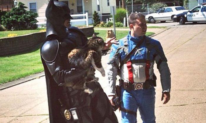 Homens vestidos de Batman e Capitão América salvam gato de incêndio 2
