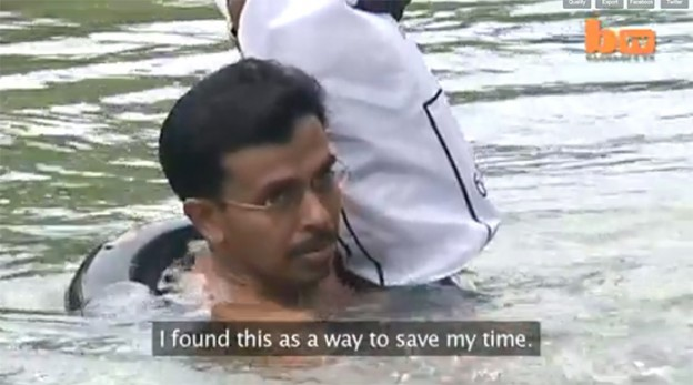Professor vai a nado para a escola há 20 anos na Índia 1