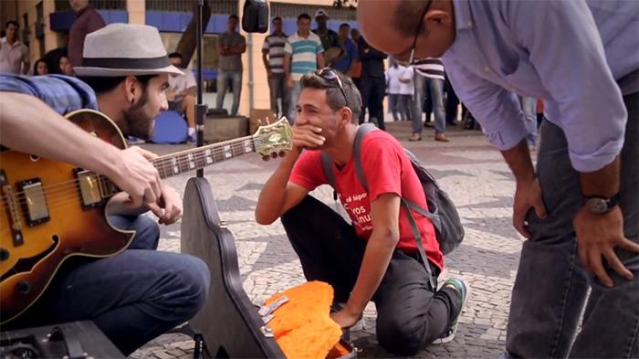 Itaú dá ingressos para o Rock in Rio a quem ajudou cantor de rua 1