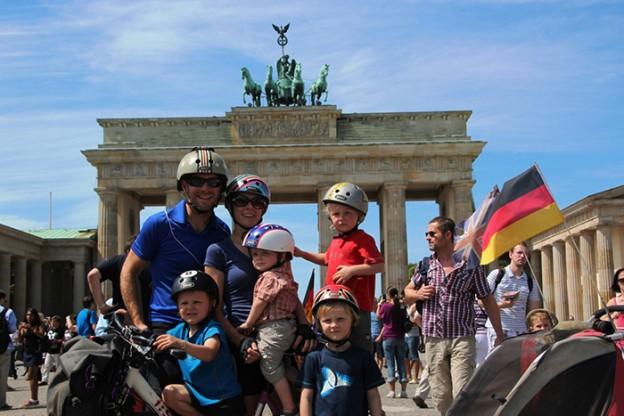 Casal viaja de bike pelo mundo com os 4 filhos pequenos 1