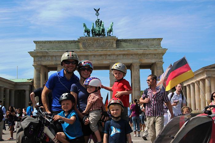Casal viaja de bike pelo mundo com os 4 filhos pequenos 3