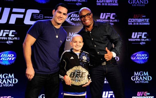 Fã de esportes, garoto com câncer ganha cinturão do UFC e apoio de Anderson Silva 1