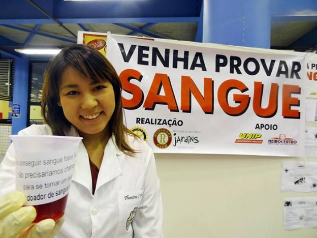 """Ação faz as pessoas """"provarem sangue"""" para alertar sobre a importância de doar 1"""