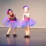 Menina não segue coreografia e se diverte no palco em uma apresentação 1